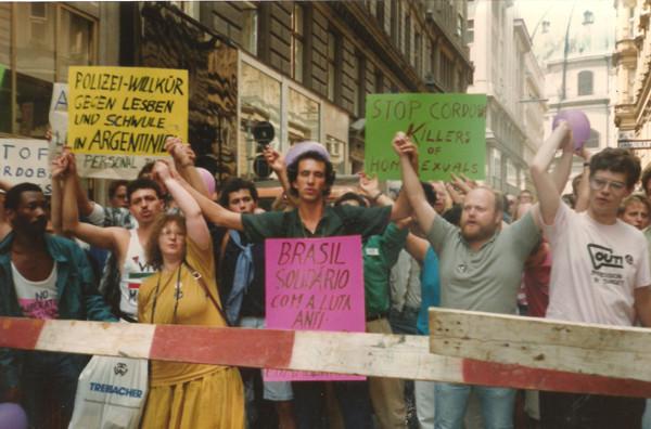 Manifestação LGBT em Viena, 1989.